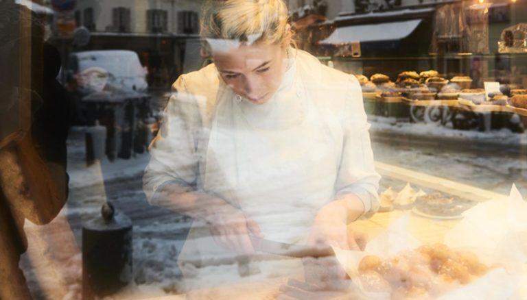 une pâtissière en pleine action