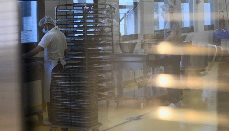 les boulangers dans le laboratoire de fabrication boulangère